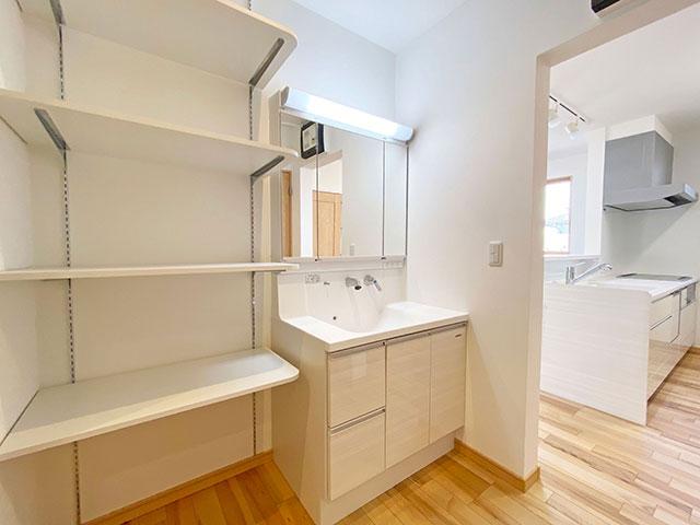 スタイリングエリア<br> ファミリークローゼットの隣に洗面台があるので、忙しい朝の身支度に便利です。