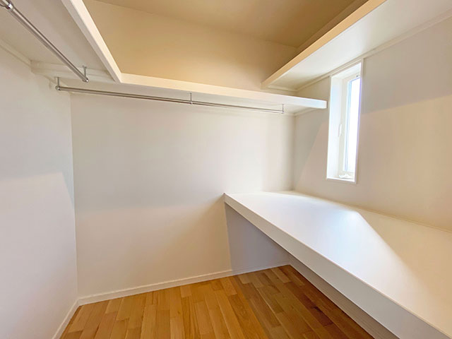ウォークインクローゼット<br> メインベッドルームには大容量収納できる大型のウォークインクローゼットを配置しました。