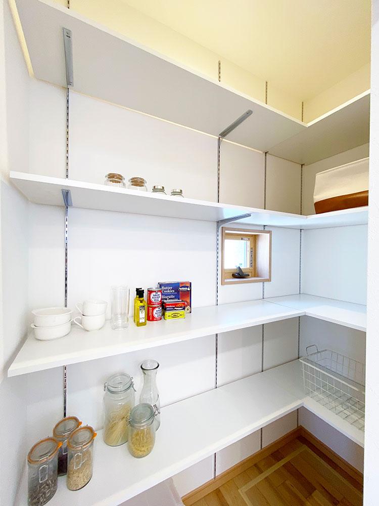 パントリー<br> 大容量の食品をストックできるパントリーには普段使わない調理器具もしまえてキッチンまわりもスッキリ!