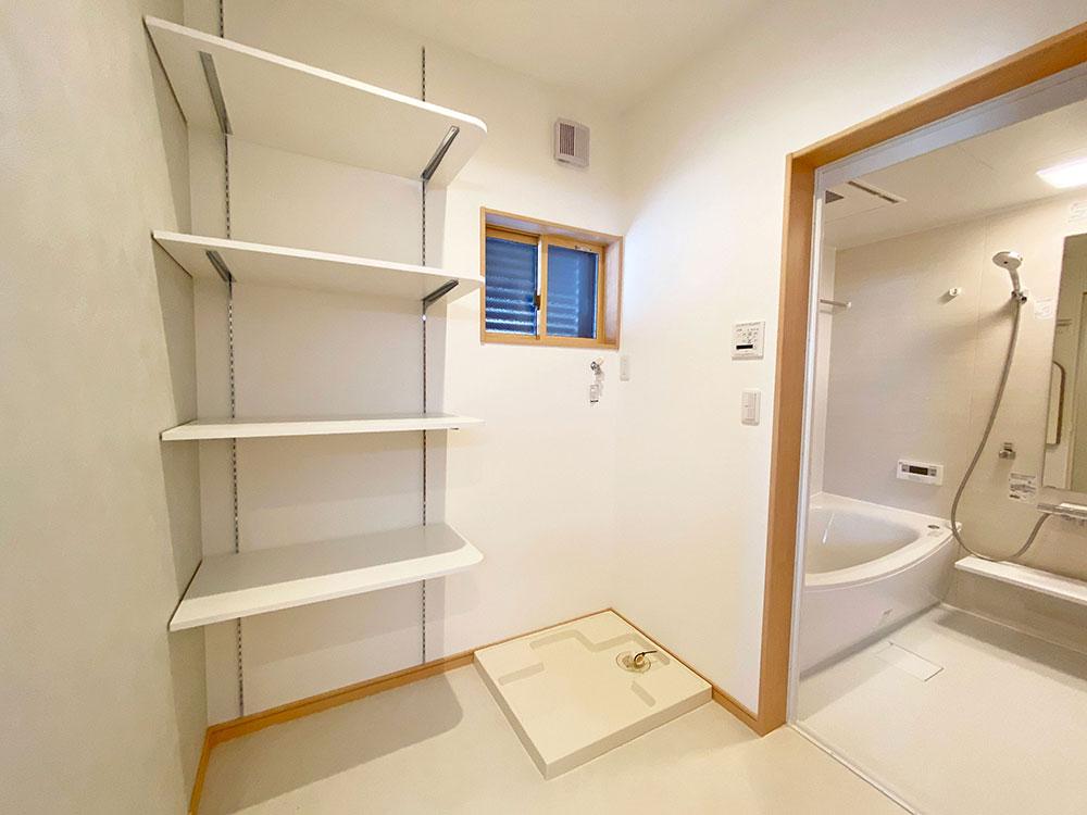 ランドリー<br> バスタオルや洗剤を収納できる棚を配置しました。