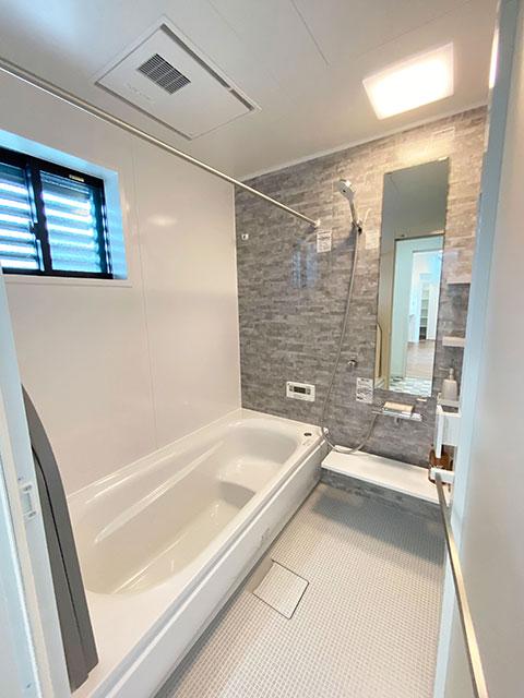 浴室<br> シンプルで落ち着いた空間に。浴室乾燥機付きで雨の日のお洗濯も安心です。