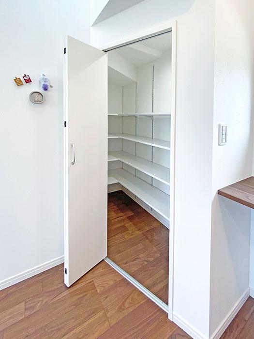 パントリー<br> 非常食や普段あまり使わない調理器具等をここに収納することができます。