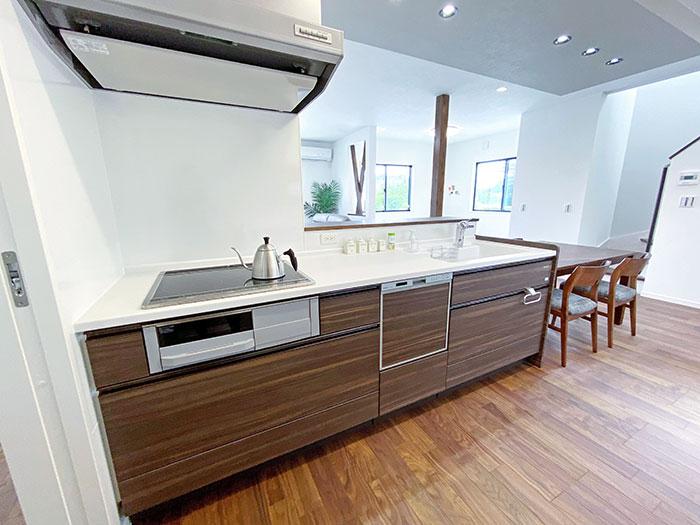 キッチン<br> 対面式キッチンなのでお料理をしながらお子様の気配を感じることができます。