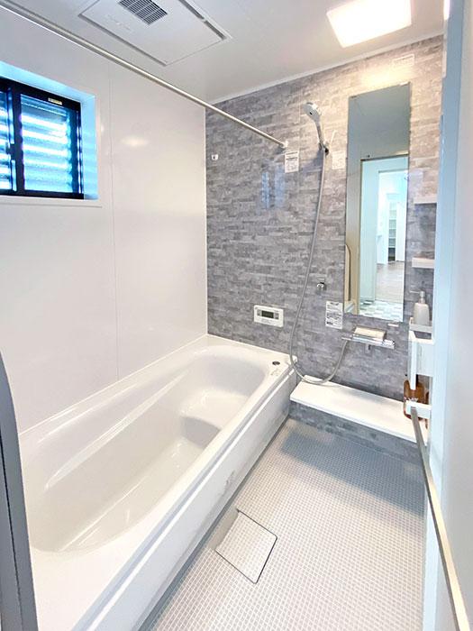 バスルーム<br> シンプルで落ち着いた空間に。浴室乾燥機付きで雨の日のお洗濯も安心です。