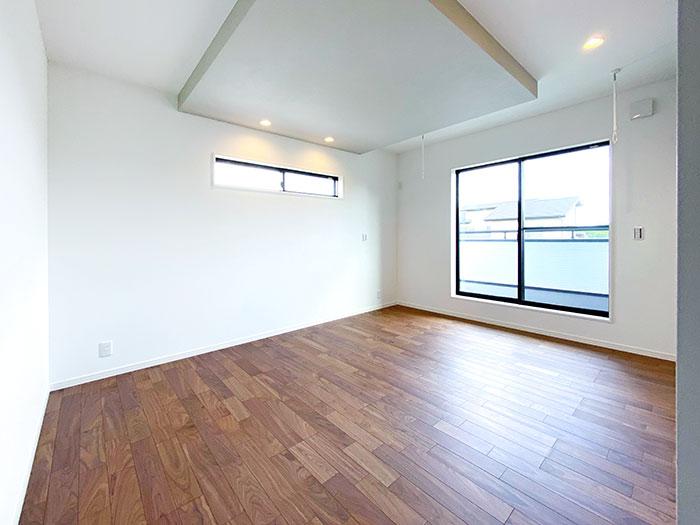 メインベッドルーム<br> 上品さをプラスするためにグレーの折下げ天井を採用してアクセントを付けました。