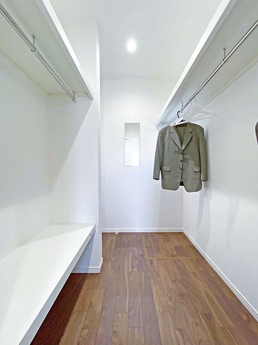 ファミリークローゼット<br> 鏡付きのファミリークローゼット!コート選びなどの際に活躍します。通り抜けられるのもポイントです。