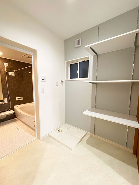 ランドリー<br> 洗剤やバスタオルの収納に使える棚がございます。