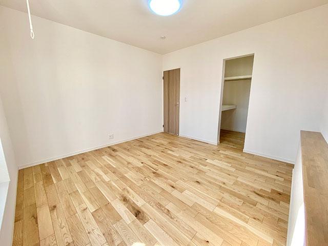 8帖のゆとりある寝室(メインベッドルーム)室内物干し付きです。