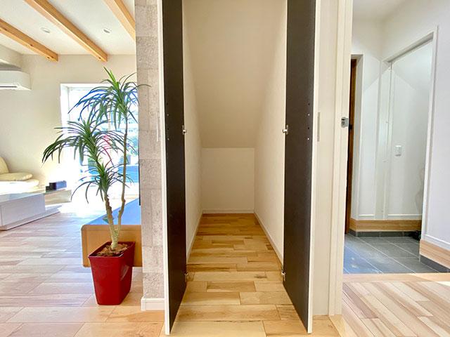 リビング収納<br> お掃除道具やダイソンの収納スペースとして最適です。ここに置けば玄関もささっとお掃除できちゃいます。