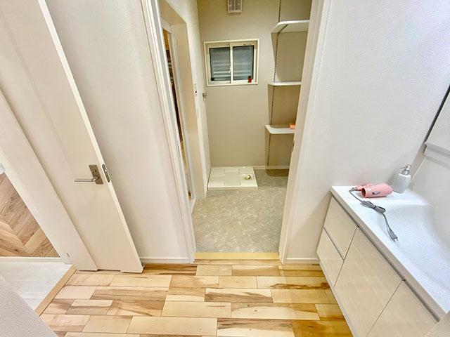 生活動線<br> 洗面から脱衣室、その先にファミリークローゼットがあります。