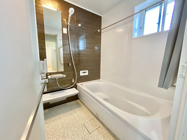 浴室(バスルーム)<br> 浴室と脱衣室に目隠しルーバーを採用しました。用途にあわせて窓を全開にしたり閉じたり、雨が入らない程度に調節したりできます。