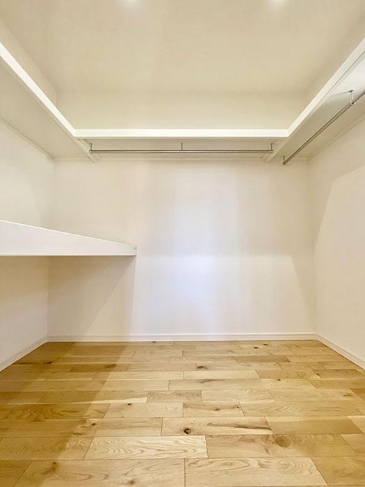 ウォークインクローゼット<br> メインベッドルームには大型のクローゼットが付いています!