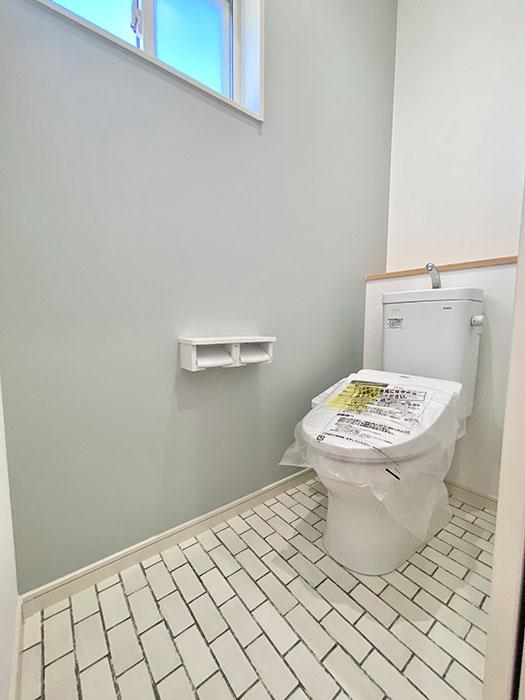 2階トイレ<br> 可愛らしいデザインのトイレです。