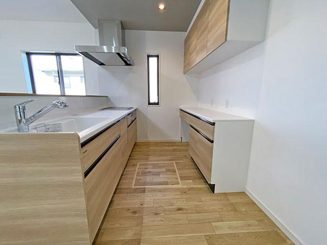 タカラの木製キッチン<br> 鉄の強さとガラスの美しさをあわせ持つ高品位ホーローが各所に使われています。扉には硬くて丈夫な「高圧メラミン面材」を採用。