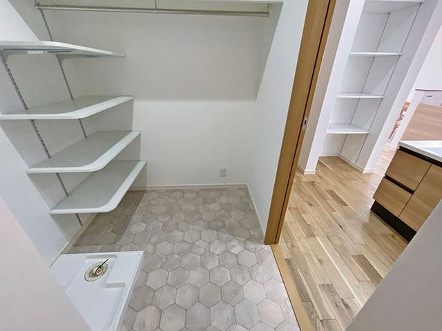 ランドリー<br> ランドリーには室内干し用としてハンガーパイプを設置しました。他にも洋服の一時置き場、収納スペースとしてマルチにご利用いただけます。可動棚も設けているので洗剤やタオル置き場にも。