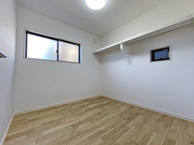 4.5帖ベッドルーム<br> 衣装部屋としてご利用いただけます。間仕切りのない1つの空間なので、収納スペースや趣味部屋として使えるのはもちろん、生活スタイルによって半分は収納、書斎と使い分けることも可能