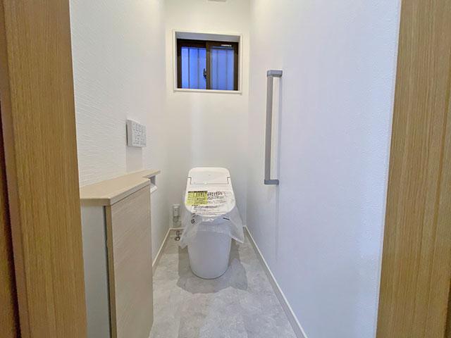 TOTOのトイレ<br> フチなし形状・お掃除リフト付きなのでお掃除しやすく、まず汚れがつかないように自動でプレミストがでるようになっています。