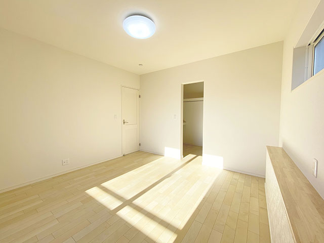 メインベッドルーム<br> 携帯やメガネを置いたりできる棚がございます。
