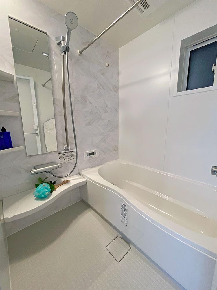 バスルーム<br> シンプルで明るい癒しのバスルーム。