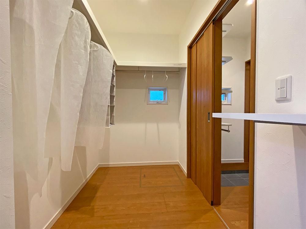 ファミリークローゼット<br> シューズクローゼットから通り抜けられる便利な収納部屋です。