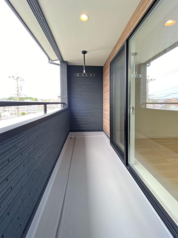 インナーバルコニー<br> 日当たり良好!突然の雨でも安心の屋根付きバルコニー。