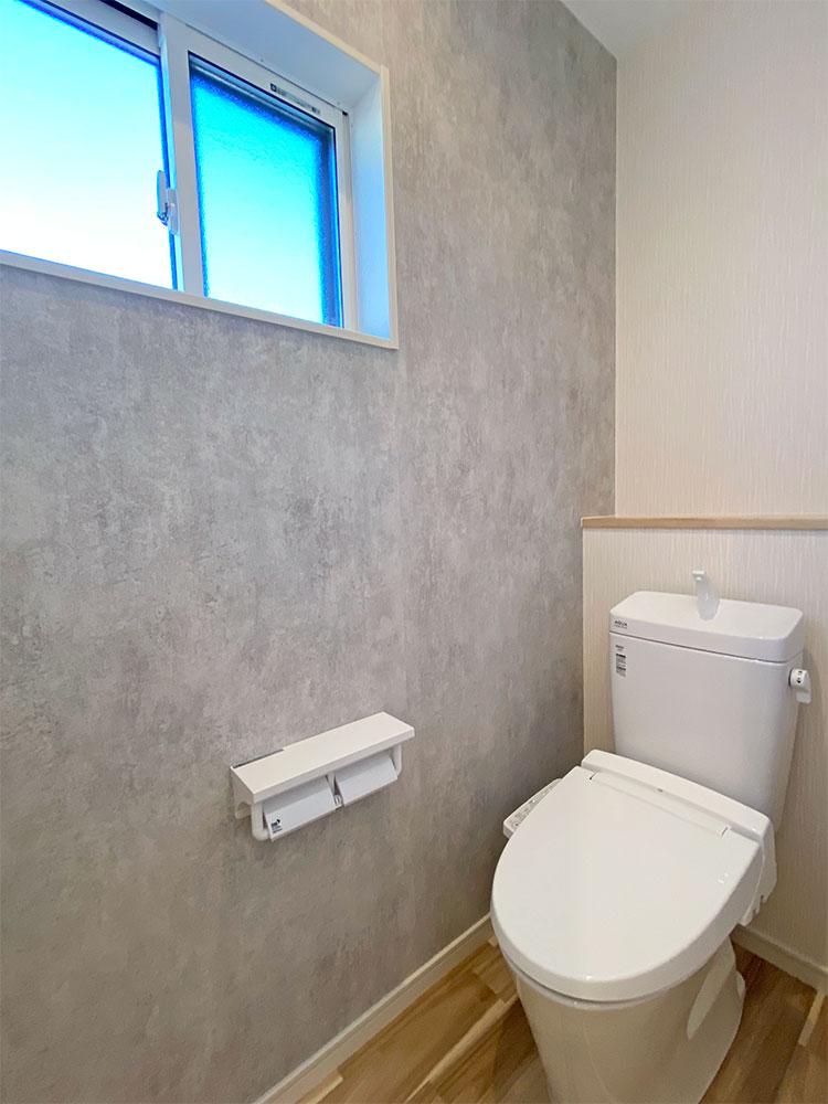2階トイレ<br> アクセントクロスで清潔感のあるおしゃれなトイレです。