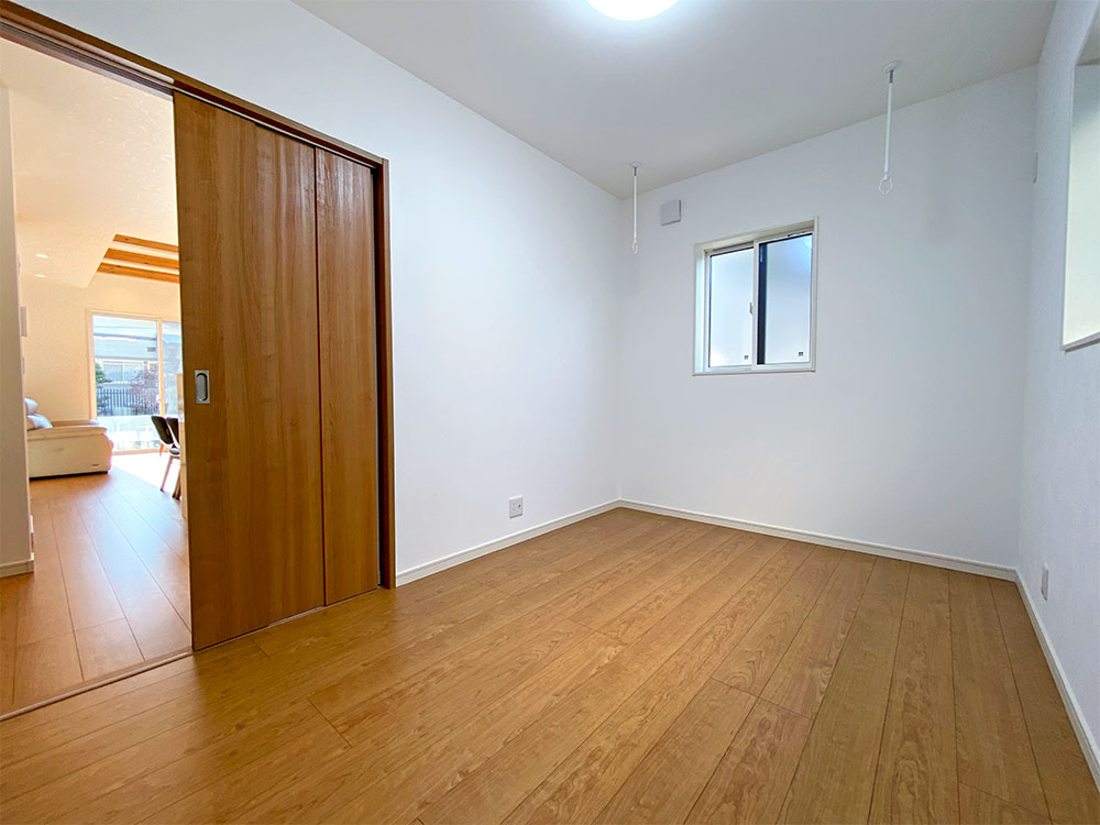 1階ベッドルーム<br> 室内干し用ポールが付いているのでサンルームとしてもお使いいただけます。