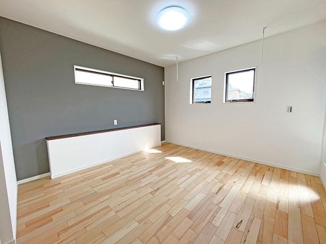 8.3帖のメインベッドルーム<br> ダブルベッドを置いてもまだ余裕がある広さです。