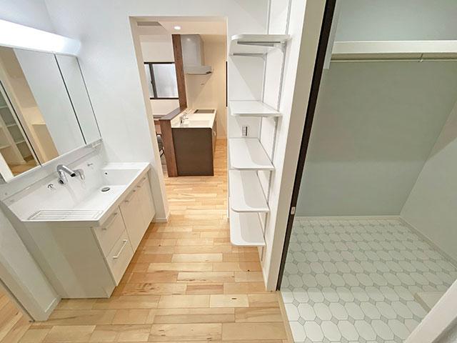 LIXILの洗面化粧台<br> 洗面器部分が広く平らな底面になっているのでつけ置き洗いもラクラクです。 排水口にフランジがないのでお掃除簡単!