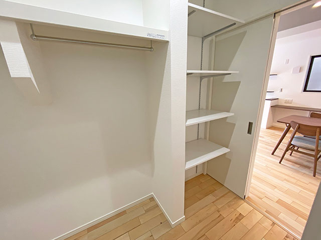 ファミリーCL<br> 間取り中央にあるファミリークローゼット。よく着るお洋服は全てここに収納できます。2階クローゼットの物を減らせるので部屋を綺麗に保てます。
