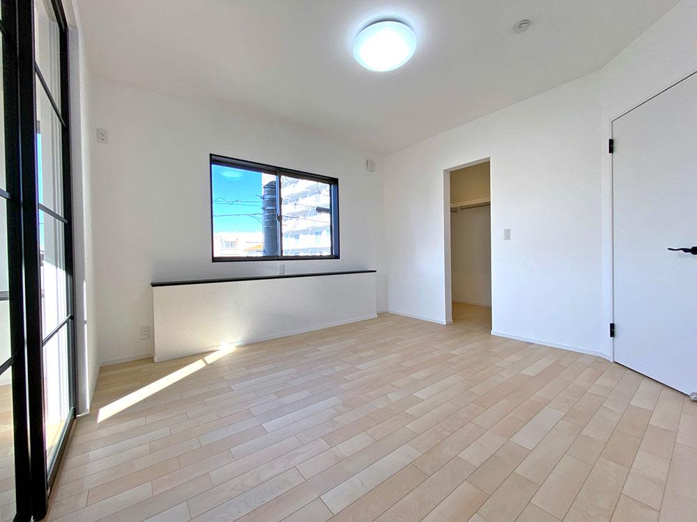 メインベッドルーム<br> 7.8帖のひろびろとした一部屋。ダブルベッドを置いても余裕のあるお部屋です。カウンターにはコンセントがあるのでスマホ充電などに最適です。