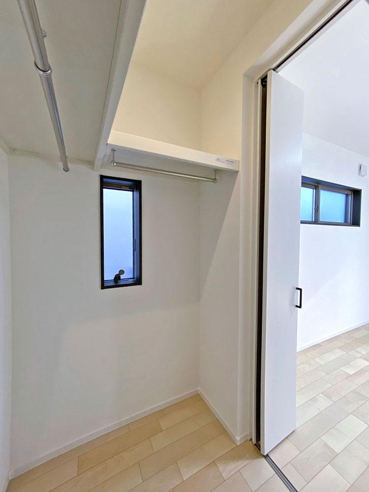 ウォークインCL<br> ベッドルームにもウォークインCLを採用しました。窓付きです♪