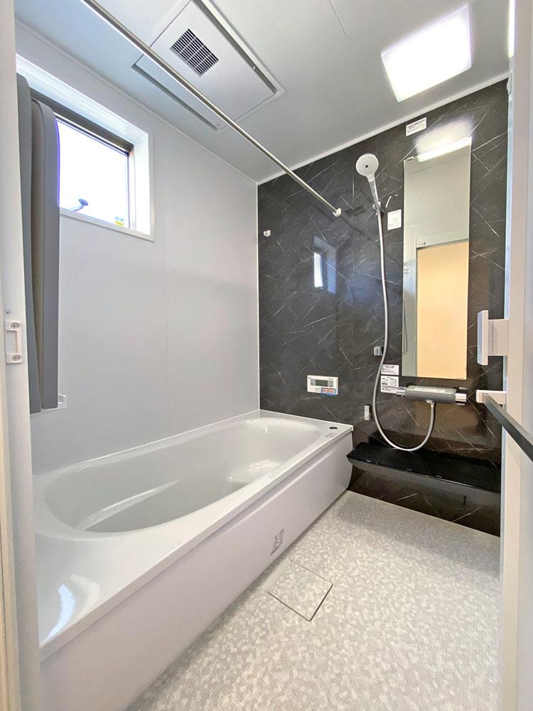 TOTOの浴室<br> 乾きやすく・カビにくくお手入れがラクな床に断熱材で包み込んだ魔法びん浴槽。浴室換気暖房乾燥機付きと使いやすさを追求したバスルーム。