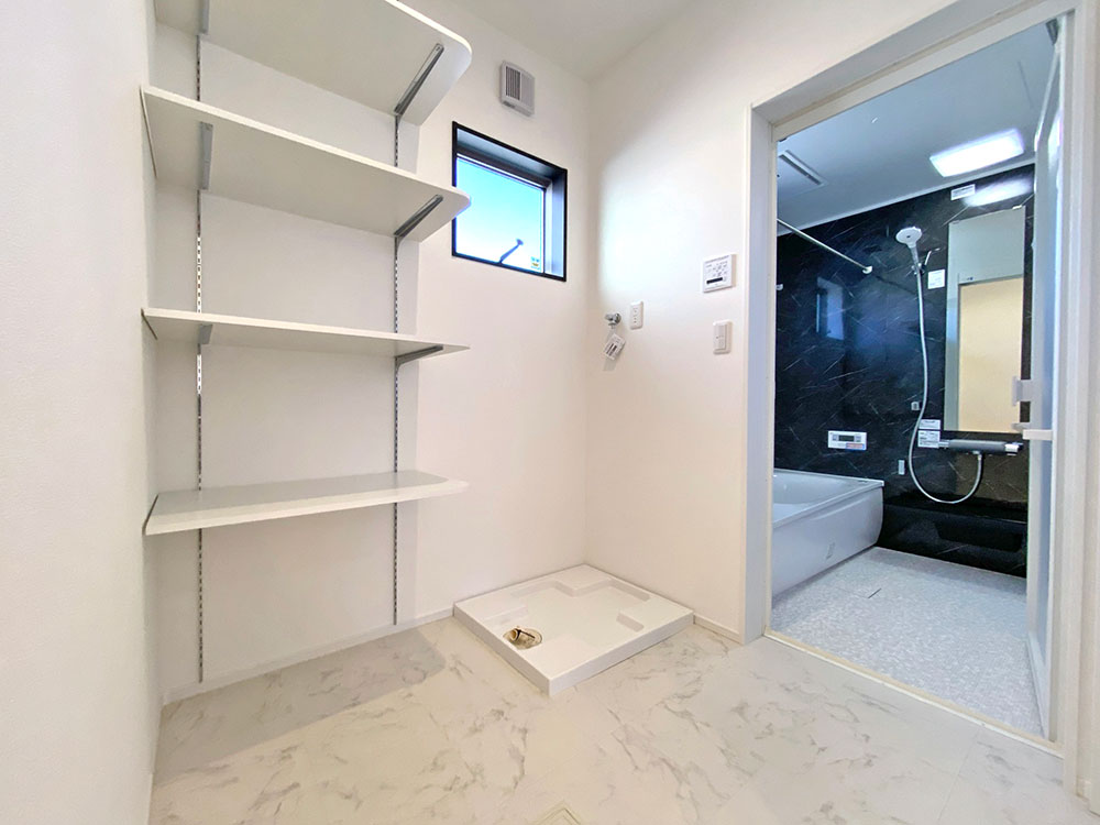 ランドリー<br> 洗面と分かれているため、気兼ねなくお風呂に入れます。またここにも収納棚があるので、タオルやパジャマはここに収納すると便利です。