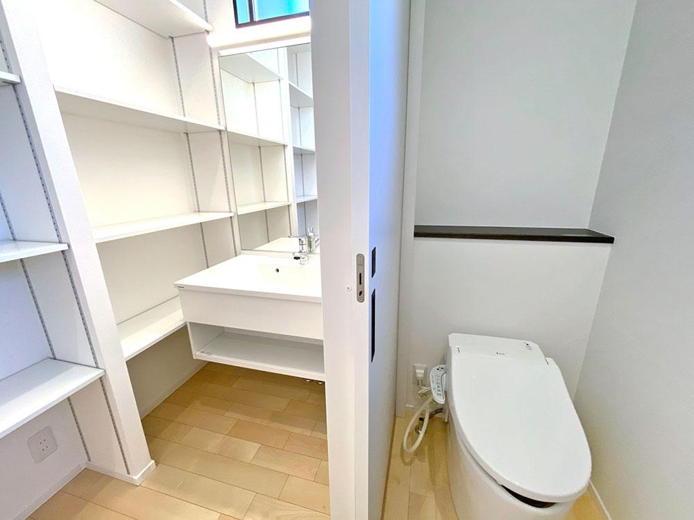 1階トイレ(ジャニス)<br> 狭いトイレをひろびろ空間に変える業界最小クラスのコンパクト設計。便座手前のフチを限界まで薄くしたことで汚れを隠さず、お掃除はつまんで「サッ」とひと拭きです。