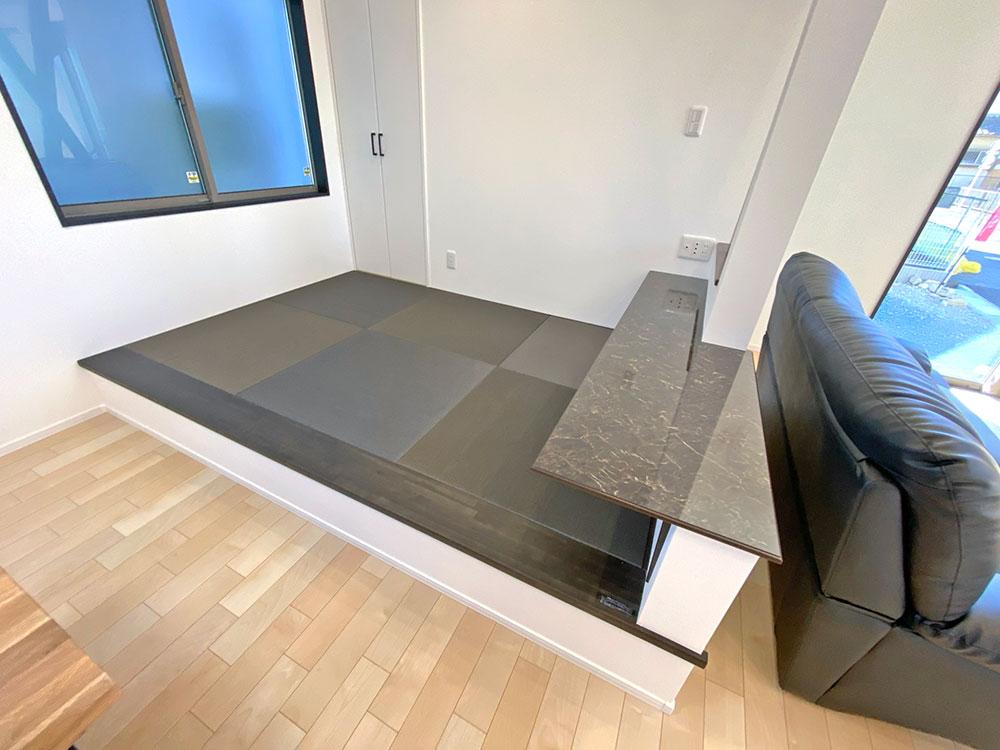 和空間<br> 小上がりの和空間では寝ころんでテレビをみたり、お子様の宿題スペースなど、キッチンで食事の支度をしながらでも目が届くので安心です。