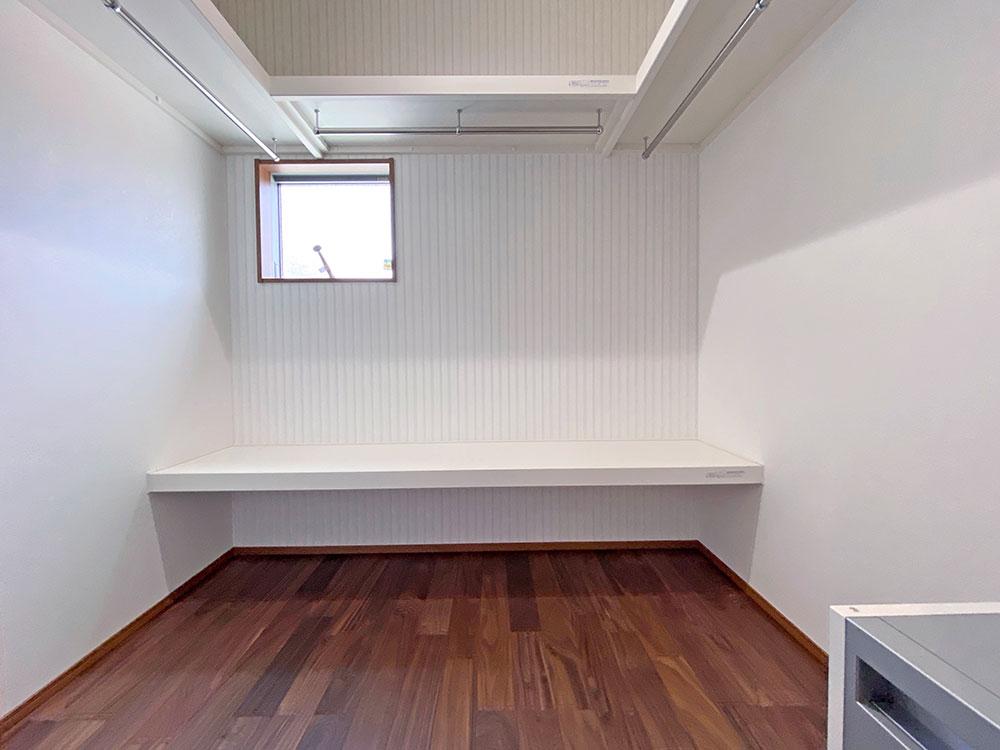 1階にある2.5帖のファミリーCL。掛ける、置く、たたむ収納が集約されています。玄関の横にあるので便利です。