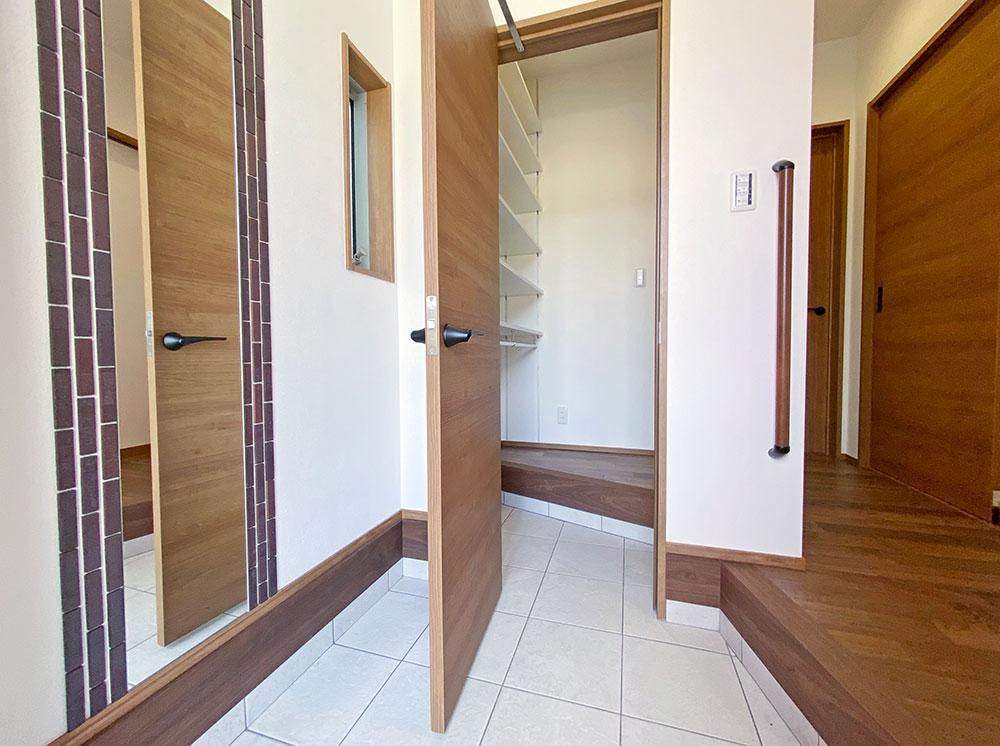 全身鏡と手すりのついた玄関(エントランス)。2通りの動線があります。