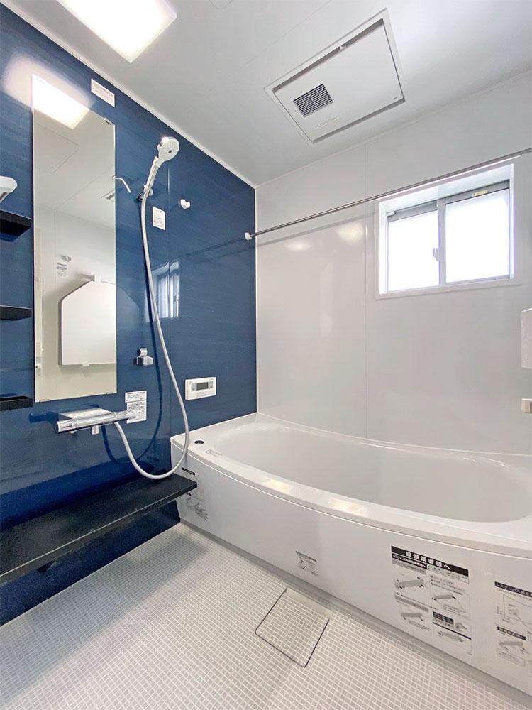乾きやすく・カビにくくお手入れがラクな床に断熱材で包み込んだ魔法びん浴槽。浴室換気暖房乾燥機付きと使いやすさを追求したTOTOのバスルーム。