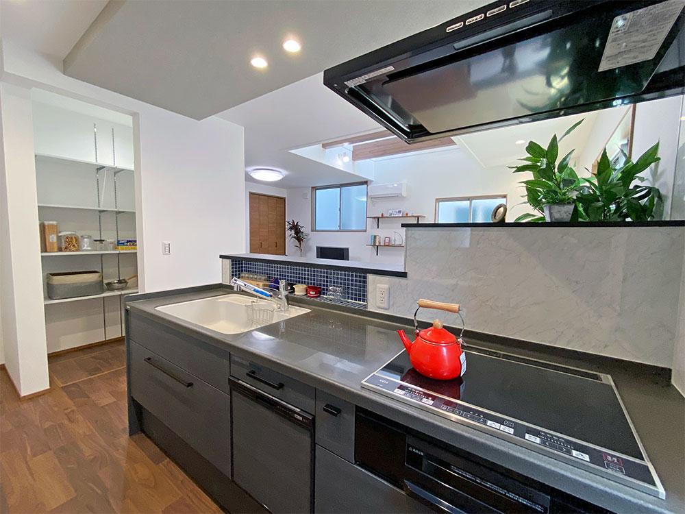 落ち着いたキッチンの配色にタイルなど装飾でアクセントをプラス。