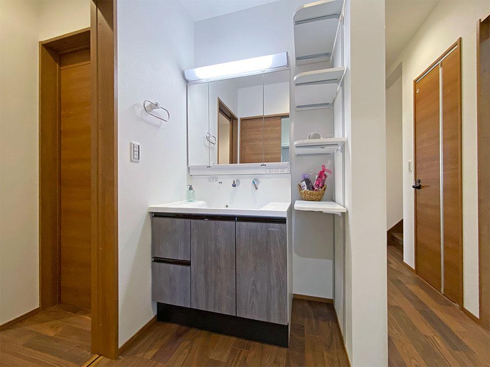 玄関からすぐのところに洗面化粧台を配置しました。ここで手洗いうがいをしてリビングに行くことで生活空間を清潔に保つことができます。