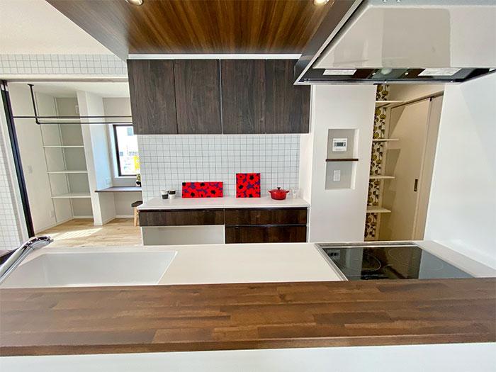 キッチン<br> 左側:サンルーム、右側:パントリー