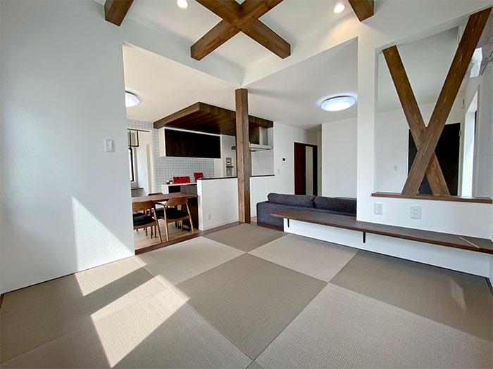 和コーナー<br> 天井は格子状に化粧梁を出しました。モダンな雰囲気が強まりLDKのアクセントの1つにもなっています。