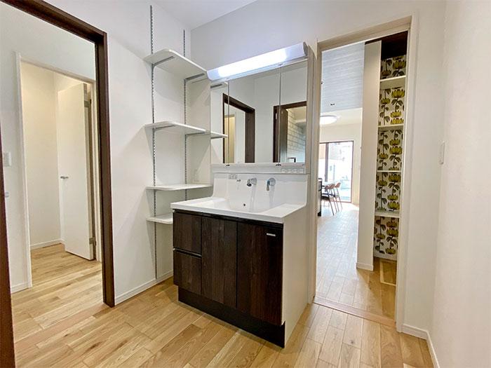 生活動線<br> 洗面化粧台には玄関からもすぐに来れるようになっていて行き止まりがないのがこのお家のポイントです。