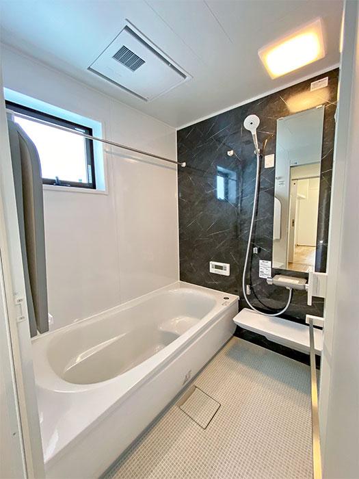 TOTOのバスルーム<br> 乾きやすく・カビにくくお手入れがラクな床に断熱材で包み込んだ魔法びん浴槽。浴室換気暖房乾燥機付きと使いやすさを追求したバスルーム。
