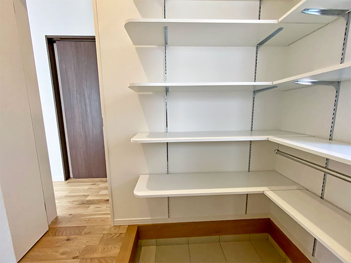 シューズCL<br> シューズCLにはハンガーパイプのついた棚もあるため、自由に可動棚を移動してカスタマイズができます。