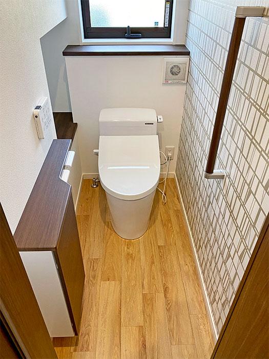 タカラのトイレ<br> 汚れに強い素材のホーローを使用。飛び散り・垂れ汚れが壁や床に染み込まないので、シミや変色を防ぎ、ニオイも付かず水拭きでサッと拭くだけでずっとキレイが続きます。