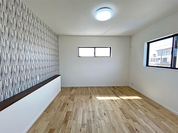 8帖のメインベッドルーム<br> ベッドの頭の位置にカウンターを設けました。スマホの充電やテレビ・エアコンのリモコンを置くスペースとしてご利用いただけます。