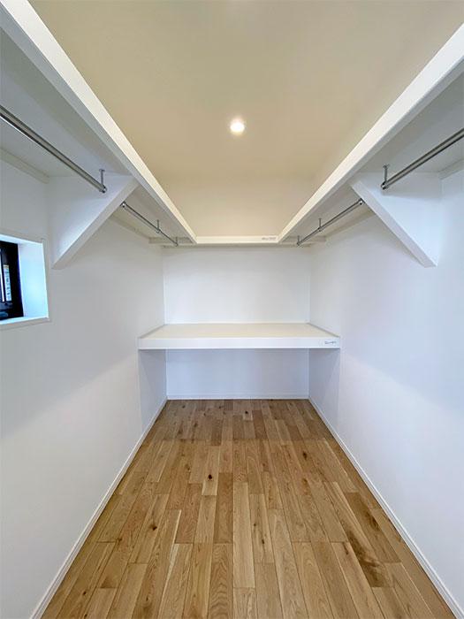 寝室ウォークインCL<br> 置く・畳む・掛ける収納が集約されたクローゼット。