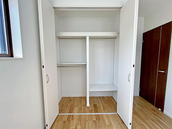 置く・畳む・掛ける収納が集約されたクローゼット<br> 棚は可動棚なので、自由に高さが変えられます。